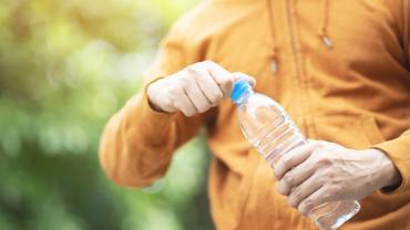 otwierasz butelke uwalniasz przyrody tysiace mikroplastikow
