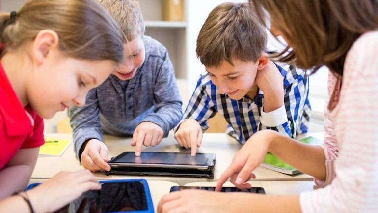czas spedzony przed ekranem bez wplywu na umiejetnosci spoleczne dzieci
